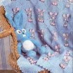 Вязанный крючком плед «Весёлые зайцы»