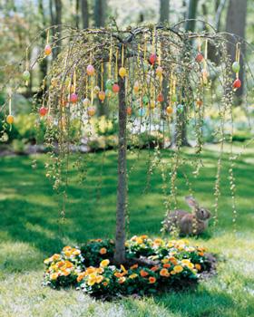 Дерево, украшенное разноцветными яйцами