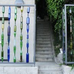 Забор из стеклянных бутылок