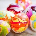 Марморирование яиц лаком для ногтей