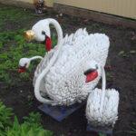Лебеди из одноразовых ложек