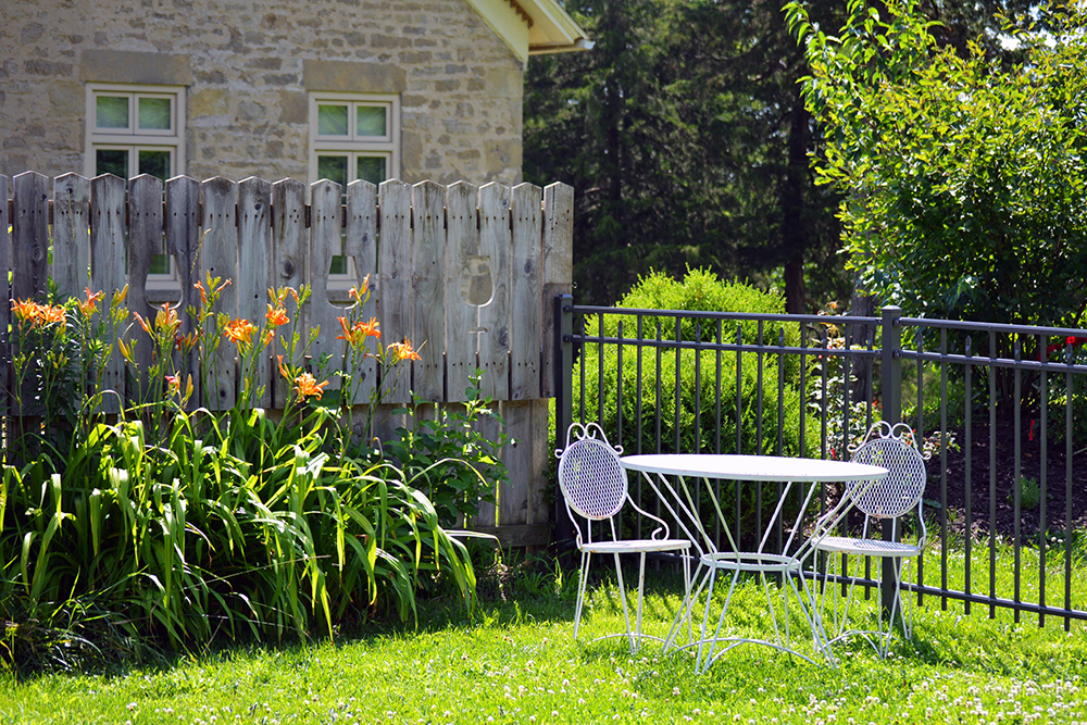 К выбору садовой мебели необходимо подходить с большой ответственностью