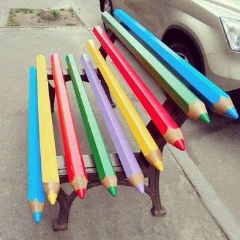 Яркая роспись уличных скамеек