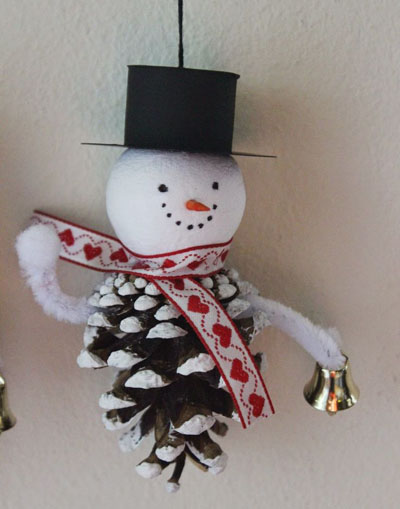 Рождественские игрушки из шишек
