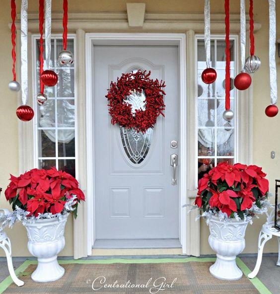 Красная пуансеттия в рождественском декоре