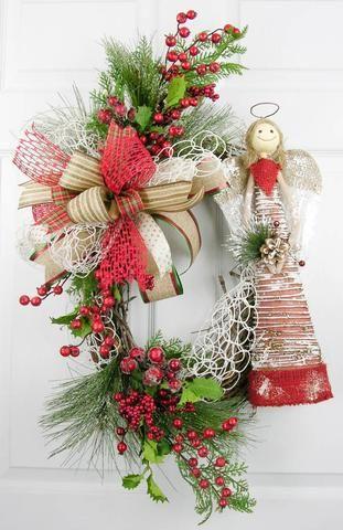 Падуб в рождественском декоре