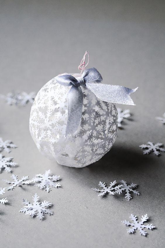 Рождественский шар из снежинок