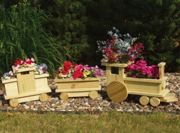Деревянный поезд для садового цветника