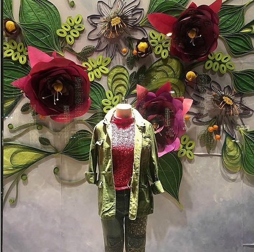 Оформление магазинных витрин бумажными цветами