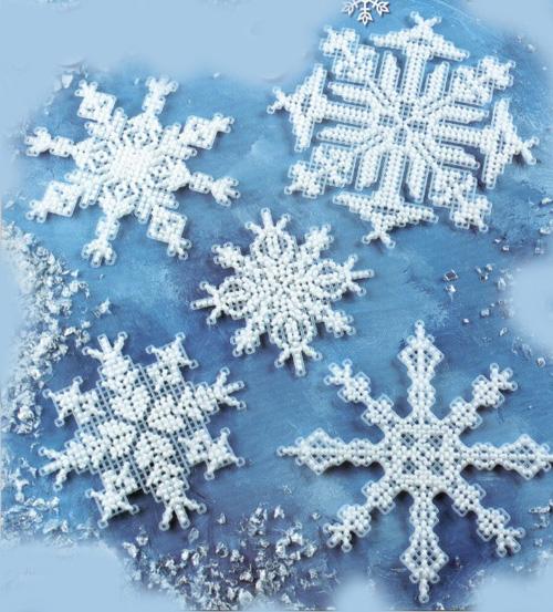 Вышитые снежинки на пластиковой канве