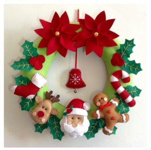 Пуансеттия в рождественском декоре