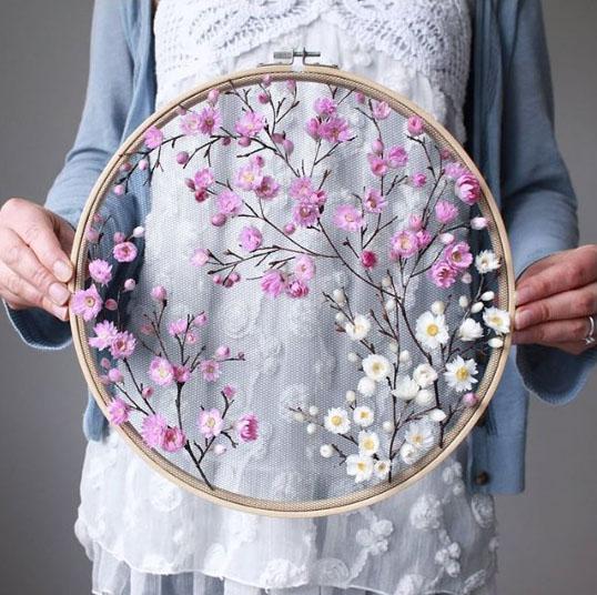 Вышивка сухими цветами на сетке